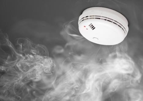 brandmelder op plafond met witte rook