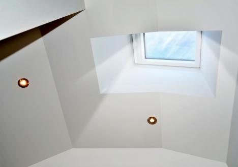 Licht valt in huis door een dakkoepel