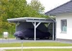 Auto die beschermt word door een carport