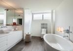 Oude badkamer gerenoveerd tot een nieuwe badkamer